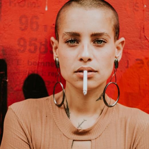 bald-beautiful-woman-cigar-1951073